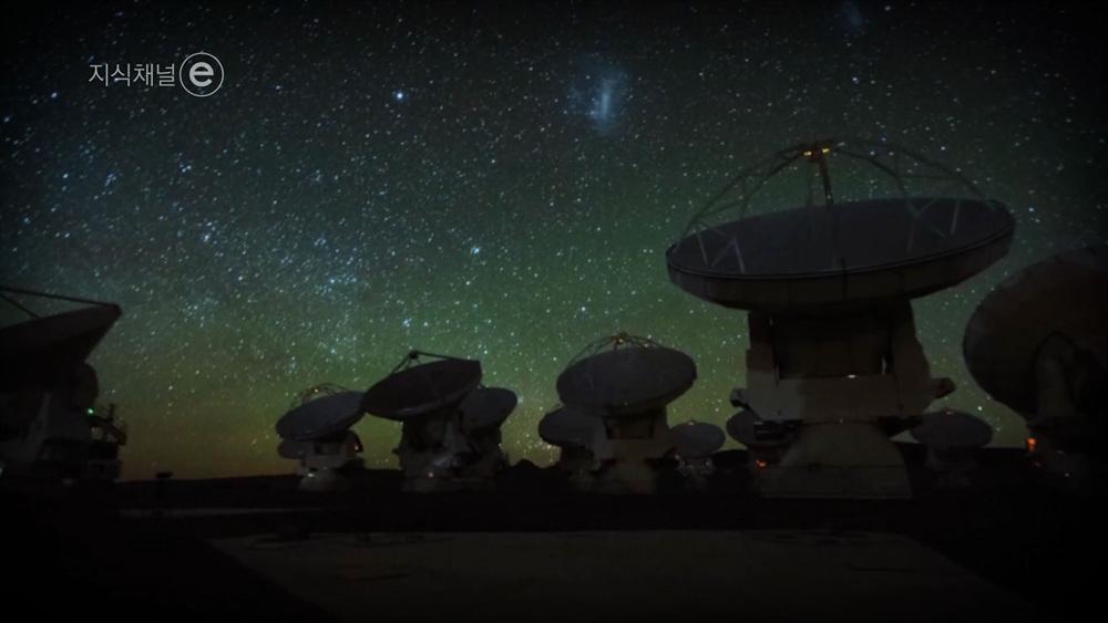 지식채널e [블랙홀을 보는 법 – 너와 나의 거리, 5,500만 광년]