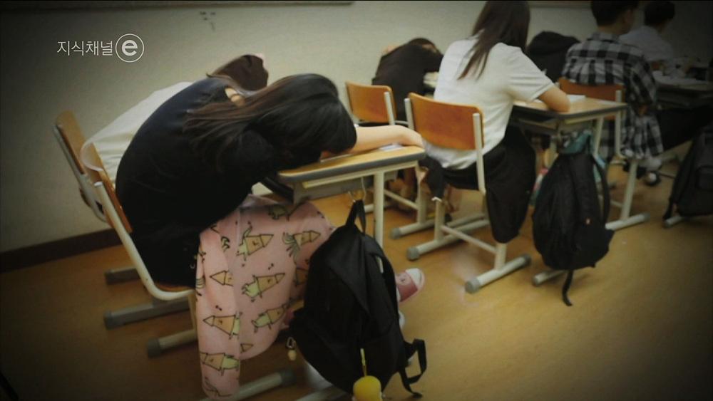 지식채널 e [교실수면탐구생활 – 단잠에 빠진 제자의 뒷모습을 그리는 선생님]